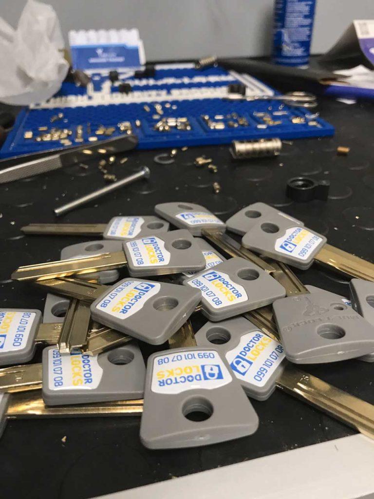 Об'єднання під один ключ п'яти циліндрів Мультилок для офісу