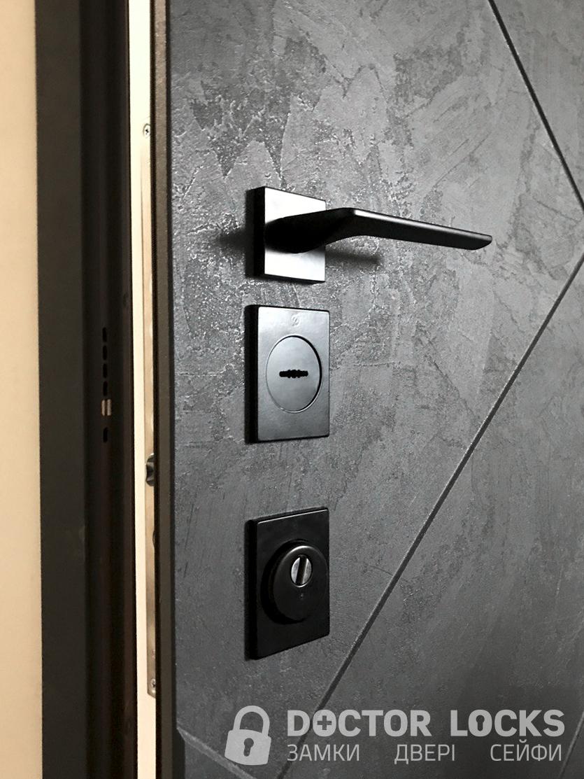 Встановлення чорної фурнітури на складські двері Берез